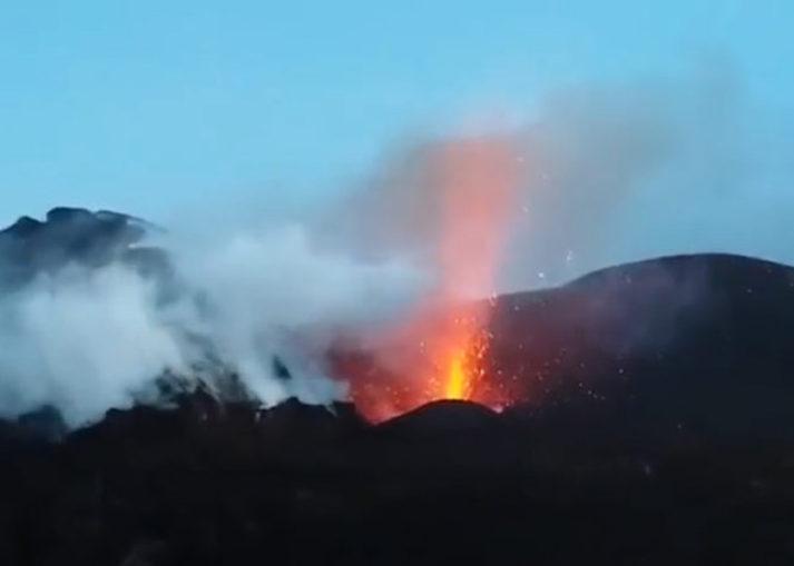 Drie Vulkaniese Uitbarstings En Twee Sterk Aardbewings